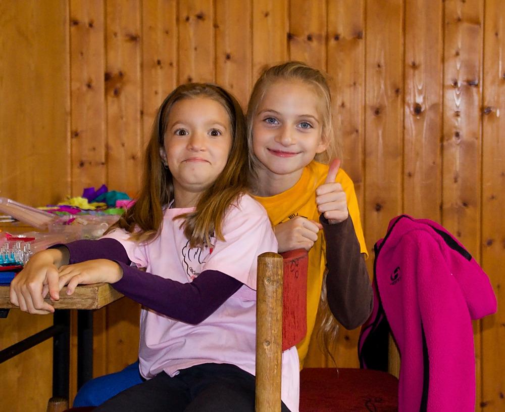 Příprava stanoviště na soutěže, kterou měly za úkol větší děti.