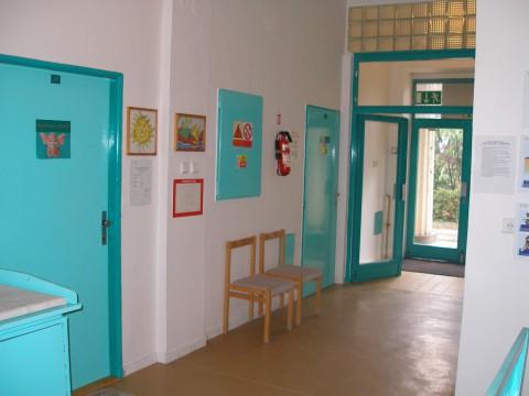 Vstup k ambulancím ortodoncie a dětského lékaře kliniky z roku 2012.